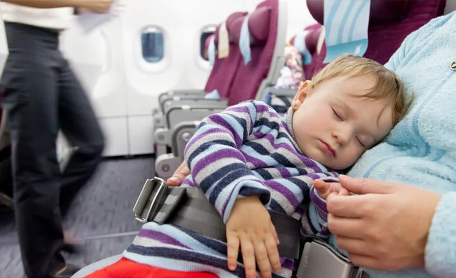 bébé dans avion