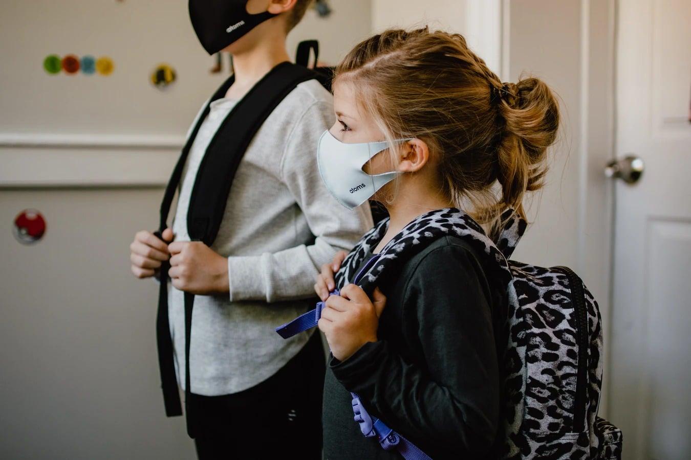 enfant avec un masque